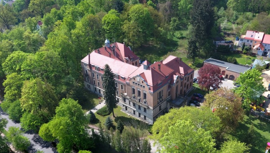 Zdjęcie przedstawia budynek Starostwa Powiatowego w Lubaniu