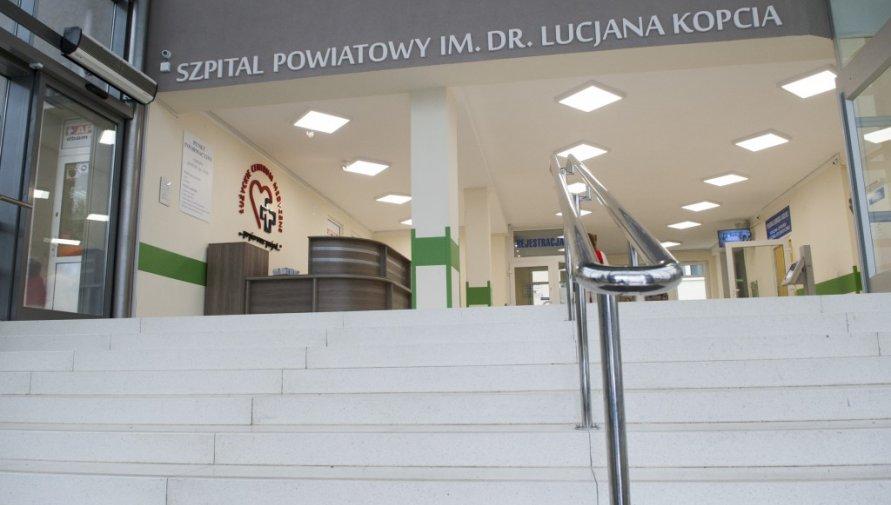 Wejście do szpitala w Lubaniu